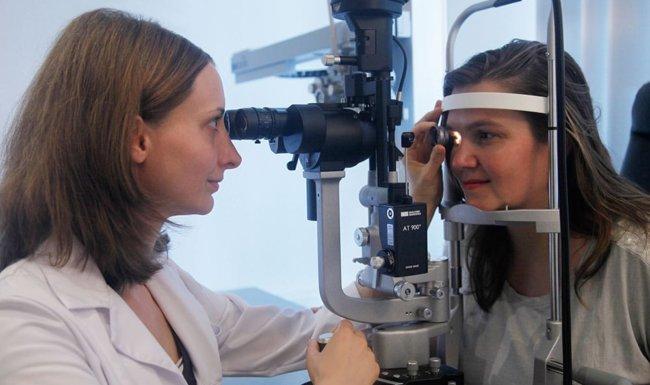 Patientin und Augenärztin bei der Augenuntersuchung