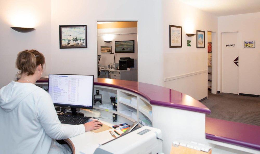 Eingangsbereich mit Empfangstheke beim Augenarzt in Meitingen