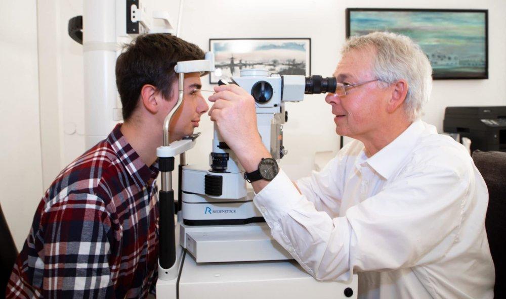Patient bei Augenuntersuchung mit Facharzt in Augenarztpraxis Meitingen