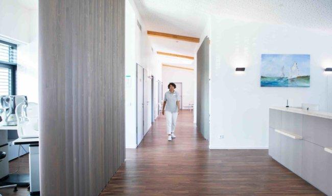 Praxismitarbeiterin läuft durch die Räumlichkeiten der Augenarztpraxis Augsburg-Hochzoll