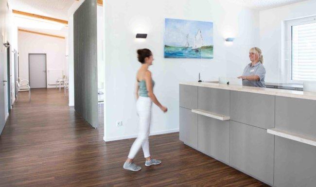 Patientenanmeldung Augenuntersuchung mit dem Autorefraktometer in der Augenarztpraxis Augsburg-Hochzoll