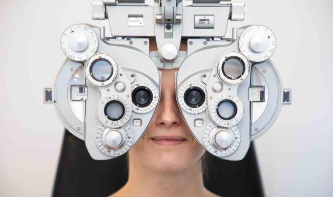 Patientin bei Augenuntersuchung Augenarztpraxis Augsburg-Hochzoll