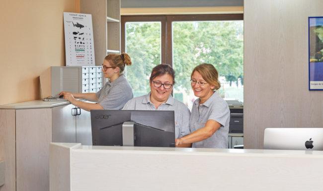 Lächelnde Mitarbeiter in der Praxis beim Augenarzt Schwabmünchen