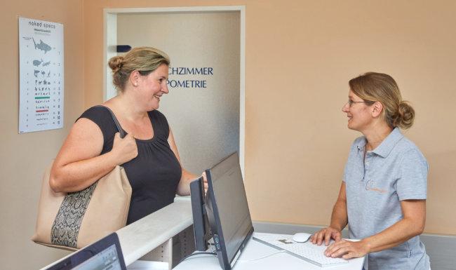 Patientenanmeldung an Empfangstheke Augenarzt Schwabmünchen