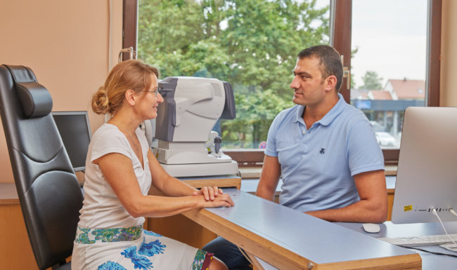 Facharzt für Augenheilkunde im Patientengespräch im Augenzentrum Schwabmünchen